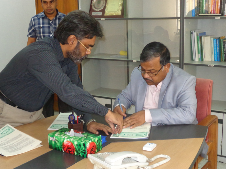 Chief Engineer of LGED Mr. Shyama Prosad Adhikari is seen signing the contract agreement with MDS consultants under City Region Development Project on 13/05/2015 at LGED HQ.